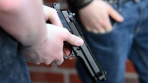 נכנסו לפיצוציה עם אקדח