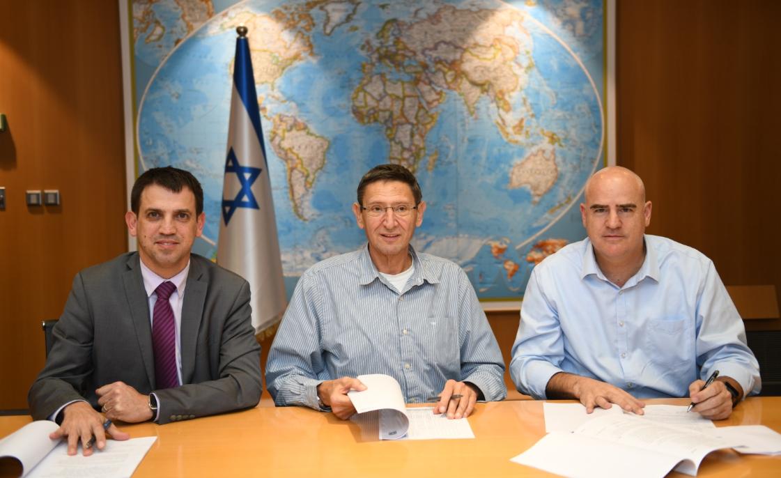 """חתימת ההסכם להעברת מחנות צה""""ל"""