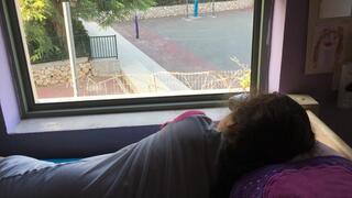 כל בוקר מתחיל בתצפית על בית הספר. התלמידה אופל