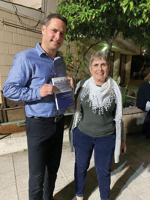 יונה שפירא מעניקה את הספר לראש עיריית ראשון לציון רז קינסטליך
