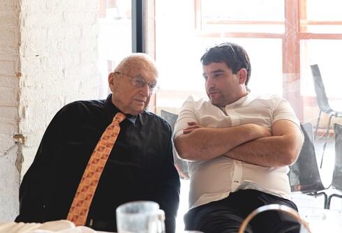 שלמה כוכבי עם נכדו אמיר כוכבי, ראש עיריית הוד השרון