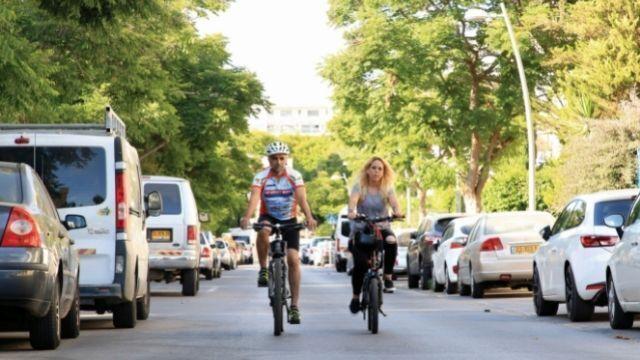 שלומי לוי ומאיה רש על האופניים