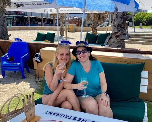 עם חברתי, דפנה ליבוביץ בבוקר שישי על כוס יין לבן במסעדת 4 על 4
