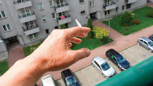 ביקש מהשכנים לעשן פחות במרפסת אך ללא הצלחה