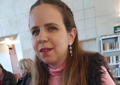 עינב נוסנבלט-טל. מעבירה הרצאות על סיפור חייה