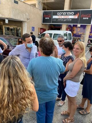 עדי זהר וראש העיר עם תושבים בשכונת אברמוביץ'