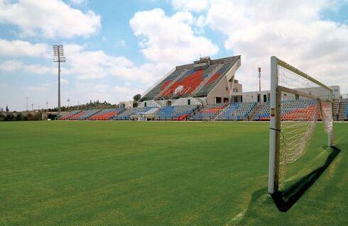האצטדיון בנס ציונה. יכול לשמש בית דו־עירוני