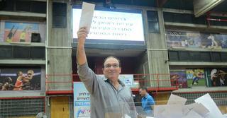 ראש העירייה שולף את המעטפה בהגרלת דיור למשתכן |צילום חורחה נובומינסקי
