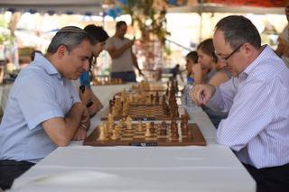בוריס גלפנד ראש בראש עם השר אלקין | צילום מועדון השחמט