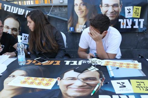 פעילים מחוץ לקלפיות | צילום: אבי מועלם