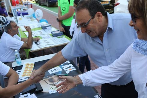 דב צור הגיע להצביע | צילום: אבי מועלם