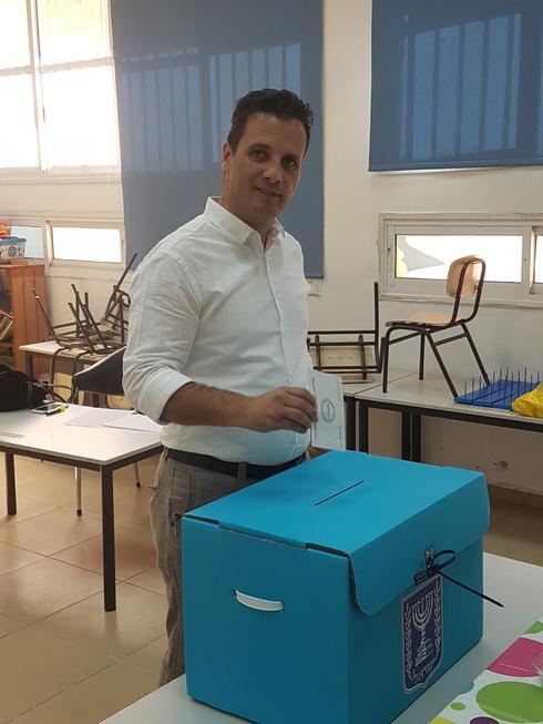 דורון אוזן ברגע ההצבעה | צילום: מטה הקמפיין