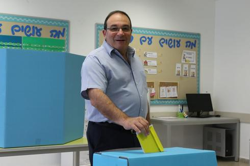 דב צור ברגעי ההצבעה | צילום: אבי מועלם