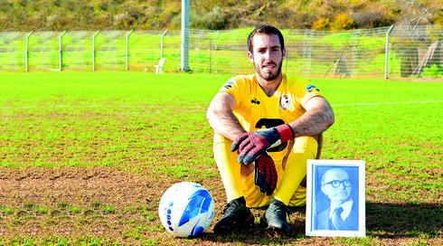 זלמנוביץ' עם תמונת מזכרת מהסבא רבא שלו   צילום: קובי קואנקס