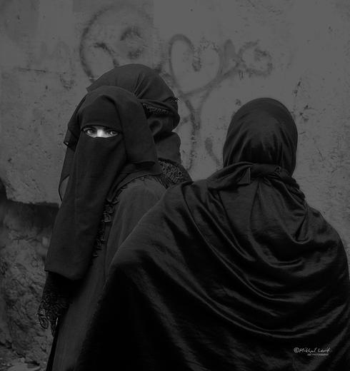 אישה מוסלמית עוטה רעלה (נקאב) ירושלים העתיקה, 2001. צילום: מיכאל לויט