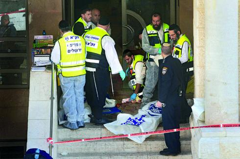 הפיגוע בבית הכנסת בשכונת הר נוף בירושלים   צילום: אלכס קולומויסקי
