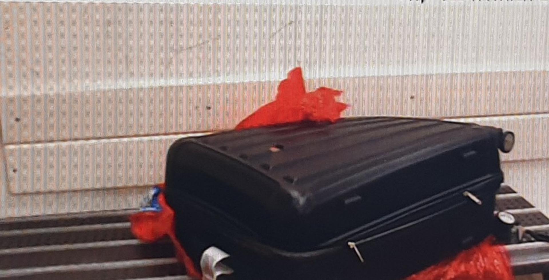 המזוודה החשודה   צילום: דוברות המשטרה