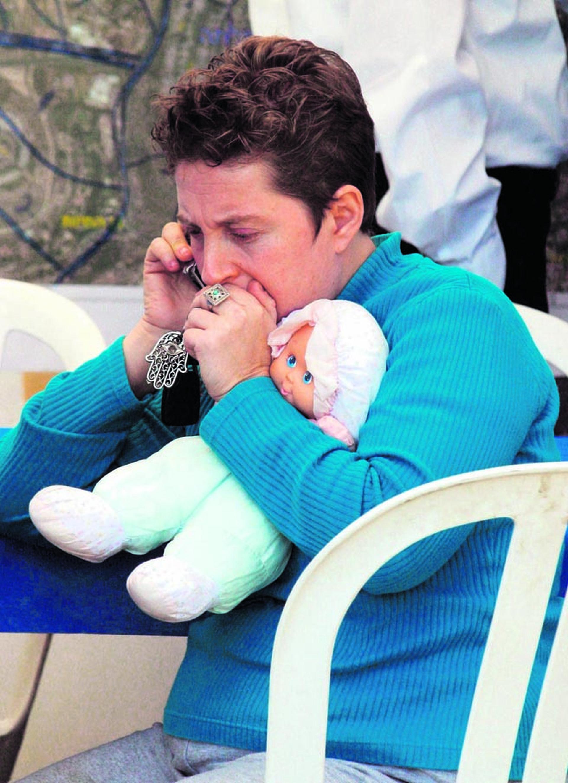 רוני קדם מחזיקה את בובת בתה | צילום: עמית שאבי
