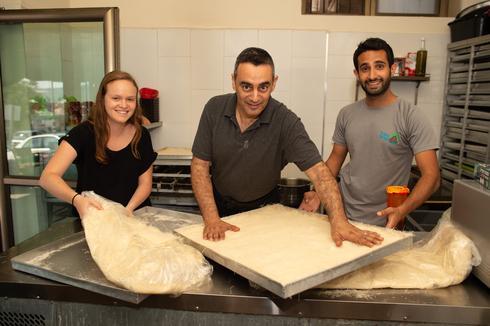 עבודת צוות בחנות הממתקים בכפר | צילום: יואב דודקביץ'