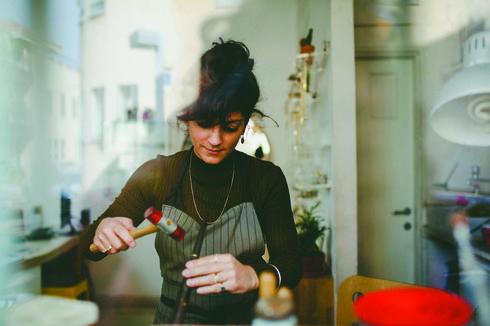 שירה גבאי, מעצבת תכשיטים ובעלת המותג .She-Ra Jewelry צילום: אלה סברדלוב קרן