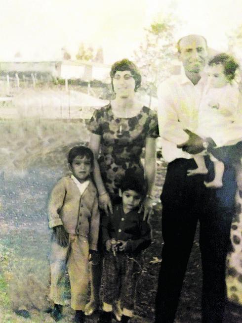 מאיה בילדותה עם אביה, אמה ואחיה | צילום מהאלבום המשפחתי