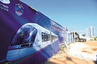 הנה באה העבודה על הרכבת | צילום: קובי קואנקס